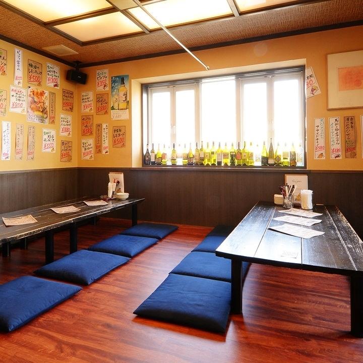 한 층에 세 석 테이블이 놓여있어 전세 연회라면 최대 20 명까지 착석 가능합니다.14 명부터 전세 가능하므로 예약시 문의 바랍니다.바닥재 유형의 다다미 방은 마음 평화 마음이 맞는 동료들과의 연회 나 회사 모임에 적합하다.