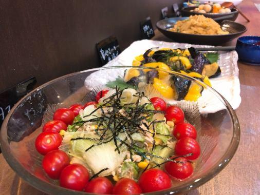 櫃檯上有很多自製的手工製作的菜餚!所有你需要做的就是食慾有趣。