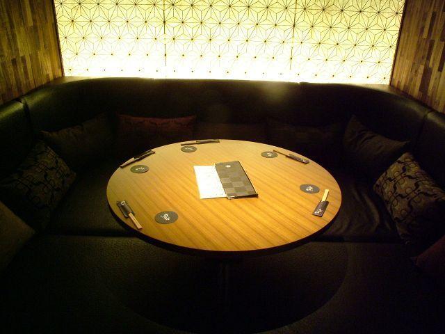 这间私人客房配有柔软的沙发。最多6人