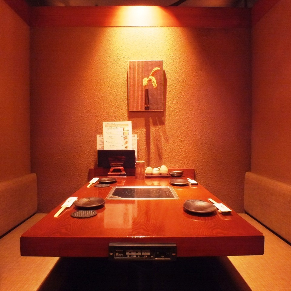 일본식 벽에서 분위기있는 테이블 석