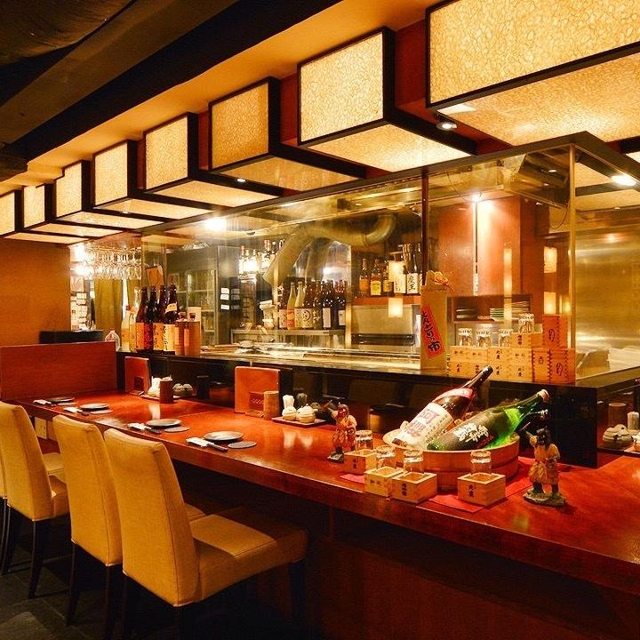 お1人様や気軽なお食事とにぎわいを楽しみたい時のデートに人気。調理風景を目の前でお楽しみいただけるカウンター席です。お一人様でも、デートや接待にもご利用いただけます。ライブ感あふれる調理シーンを眺めながら、比内や自慢の秋田料理や地酒をお楽しみください。
