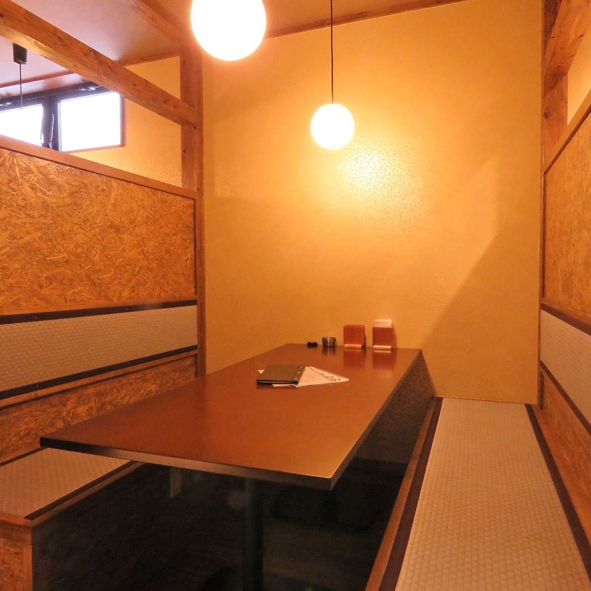 [2F] You can use up to 6 people.It is a semi-private room that entrances are divided by goodwill, and you can enjoy it without worrying about other lines of sight.It is perfect for gatherings with friends or gongs.It is made up of Japanese taste lighting and tatami benchesheet, the atmosphere is good and finished in a relaxing space production even while it is fancy.It is popular and please reserve as soon as possible.