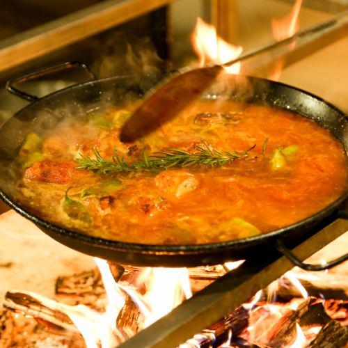 パエリア専門店が作る「薪火で焚くパエリア」パエリアの調理法の原点である薪火を使用して炊き上げます。