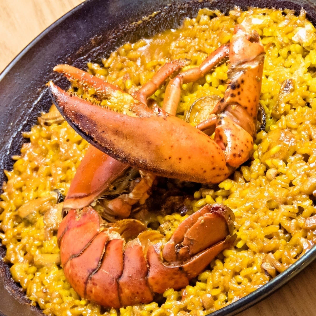 Entirely shrimp with prawns and paella of fish and sea 1 servings