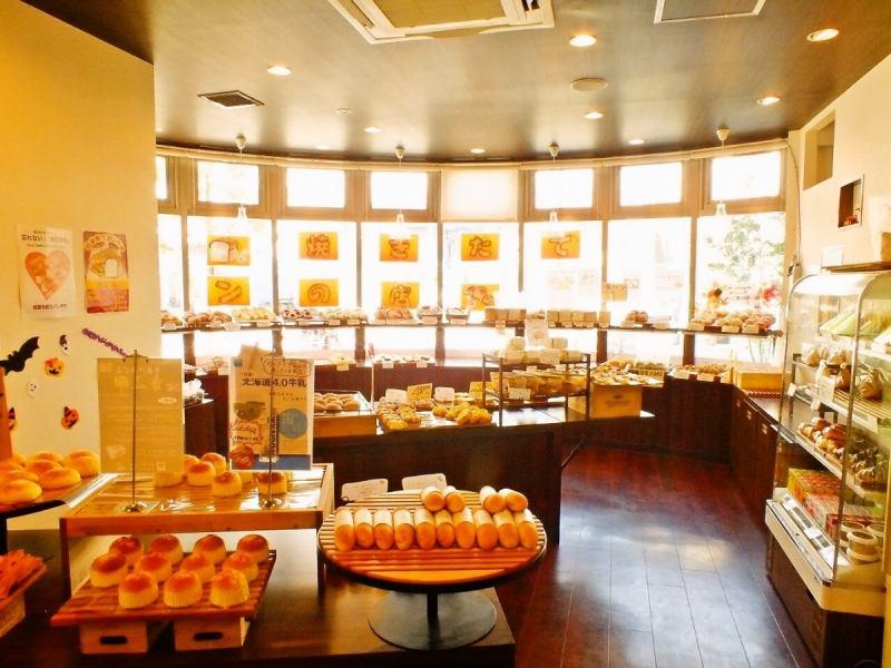 さまざまな種類のパンがズラリと並ぶ店内。明るい雰囲気の綺麗な店内で焼き立てをいただくこともできちゃう♪