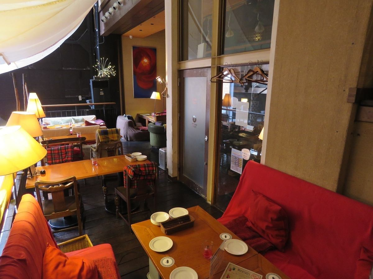 時尚的紅色沙發。受歡迎的女童會·公空·約會♪