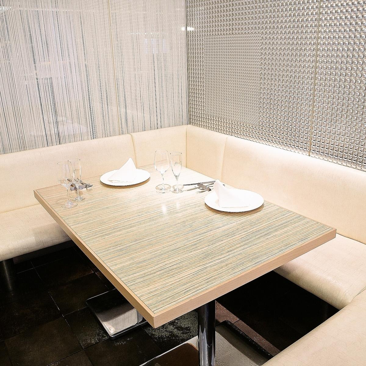 ラグジュアリーな雰囲気の半個室タイプのテーブル席です。