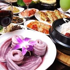Generous 3-hour all-you-can-drink, 15-dish Girl's Party Course with wine and samgyeopsal (3780 JPY)
