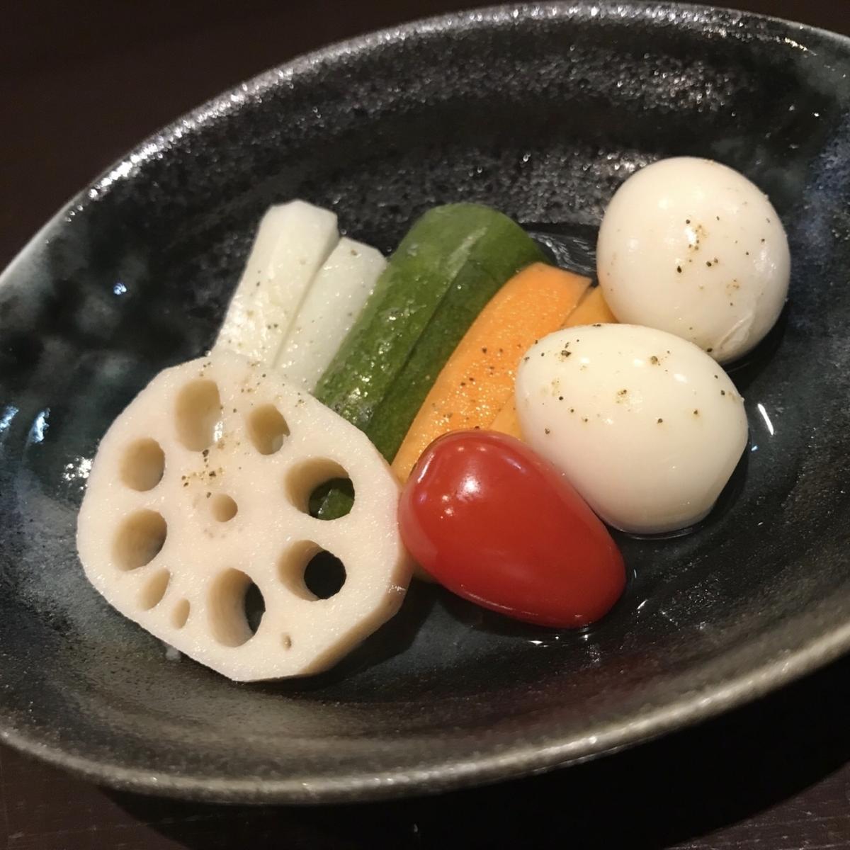 鹌鹑蛋和蔬菜泡菜