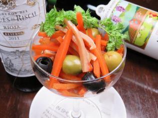 橄欖和胡蘿蔔翻領服務福島風格
