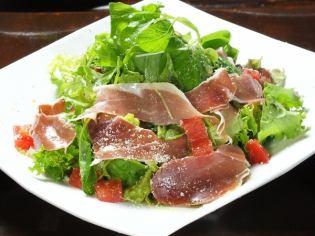 蔬菜沙拉配意大利制火腿切斷