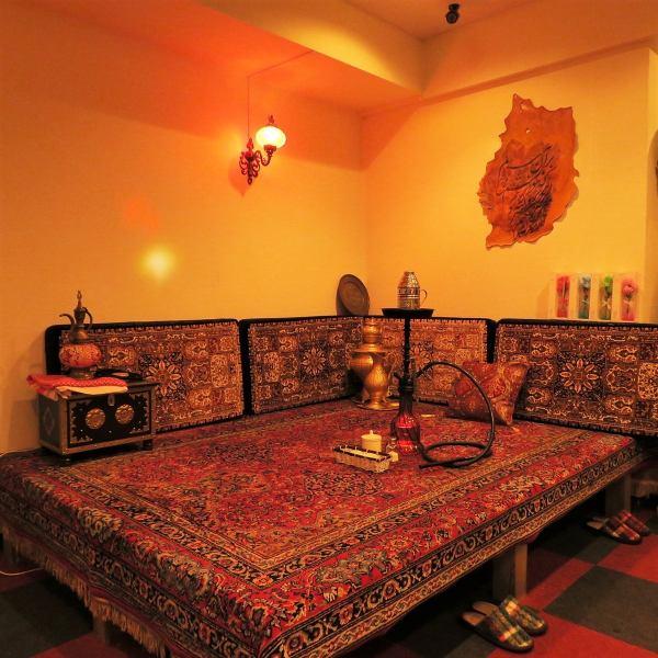 店内にはイランの伝統的な装飾品やランプなどがあり、本場の雰囲気を味わうことができます。また、イラン風座敷に座ってお食事することもできます♪(席料一組2000円)