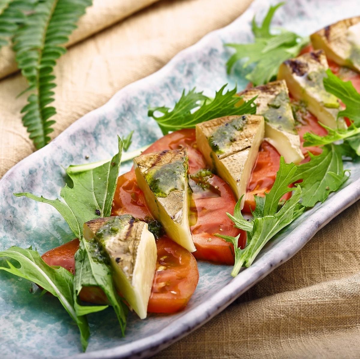 과일 토마토와 藁燻 카망베르 카프 레세