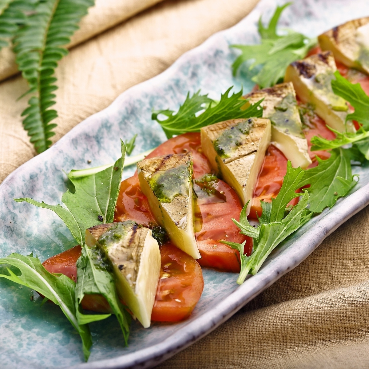 Caprese水果番茄和淀粉卡门培尔奶酪
