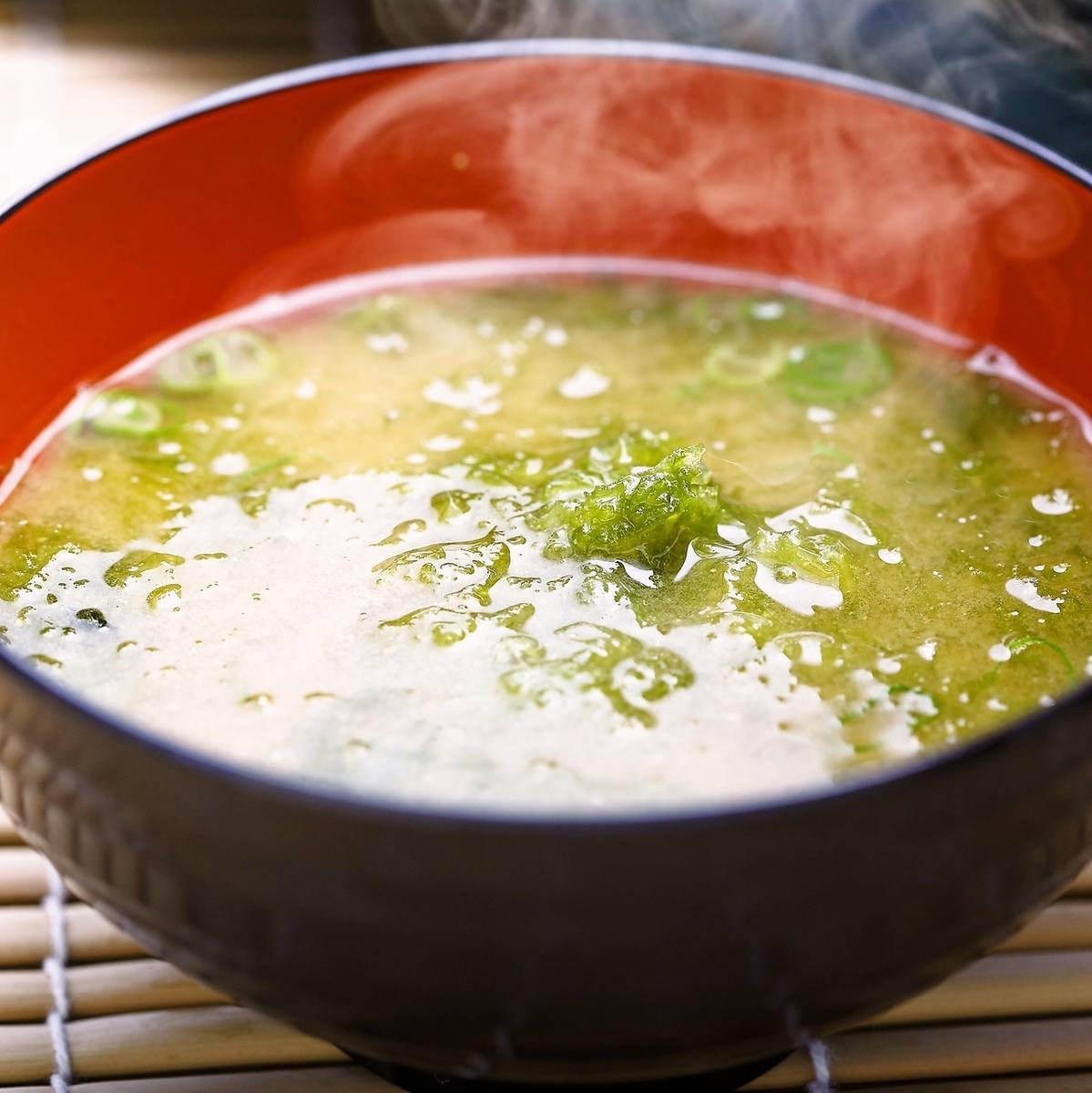 味噌湯配藍色糊狀