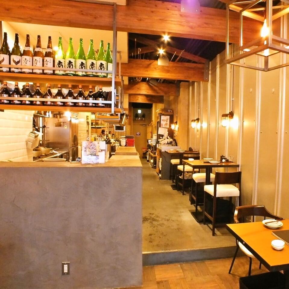 由于厨房就在你旁边,你可以一边喝着酒,一边看着正在烹饪的工匠,如鲣鱼烤草等。♪我们正在商店里建造,你可以享受这样的奢侈。