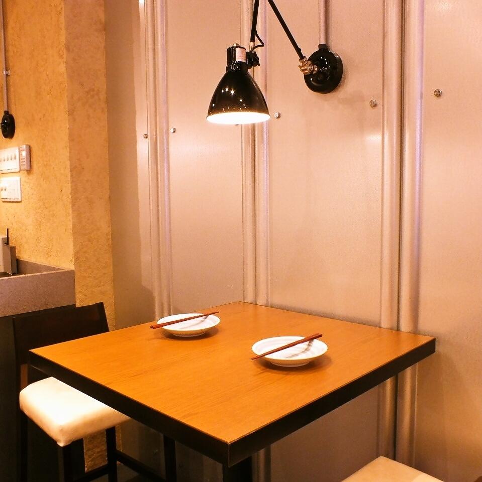 适合日本约会的空间。聚光灯的柔和光线照亮。