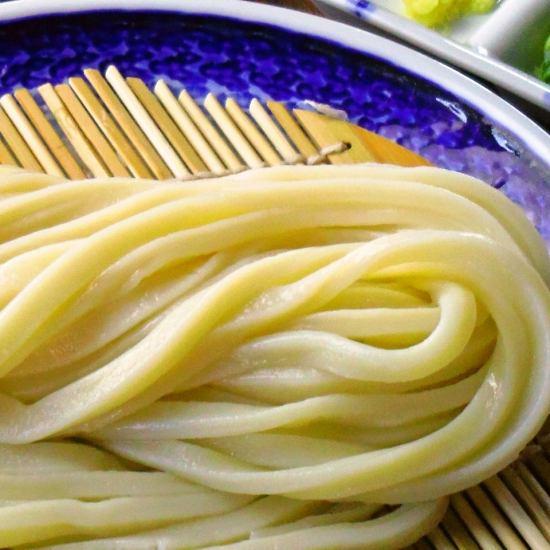 香川県から取り寄せた小麦粉を使って手作りする、さぬき式純手打うどんが楽しめる店。