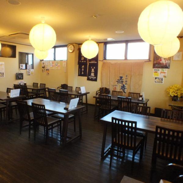 静かで雰囲気のよい店内にはテーブル席もあり、仲間と会話を楽しみながらの食事にもピッタリ。