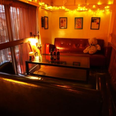 自慢の2階席!!まるでハワイの友人宅を尋ねたような癒し空間。しっぽりと飲むにも雰囲気抜群のお部屋がございます♪