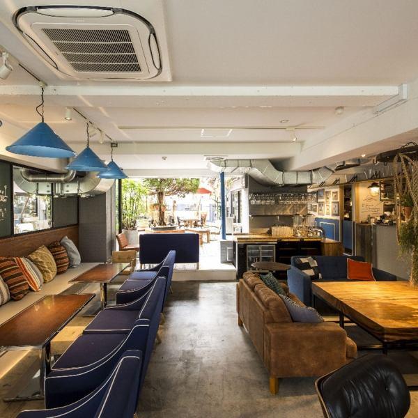 ふかふかのクッションが並ぶ座り心地のいいソファ席やウッディなテーブル席など、居心地の良い席をご用意!お洒落なインテリアや緑に包まれた空間は雰囲気もバッチリ!カフェタイムにはもちろん、女子会やお友達とのランチ、ディナーにもオススメです!こだわり料理の数々は見た目も鮮やかでSNS映えも◎