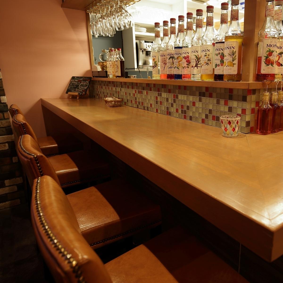 我們在開放式廚房的櫃檯座位上供應正宗美食和飲品!因為我們可以與披薩工匠和調酒師交談,所以它非常適合單獨飲用☆