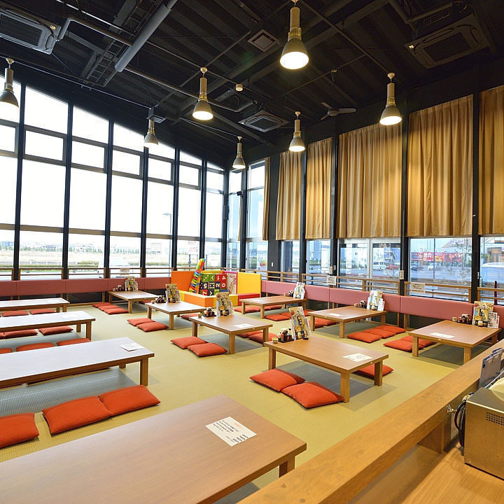 There are plenty of open space in the large windows and high ceilings in the Japanese style room for 4 people × 4 tables, for 6 people × 7 tables.