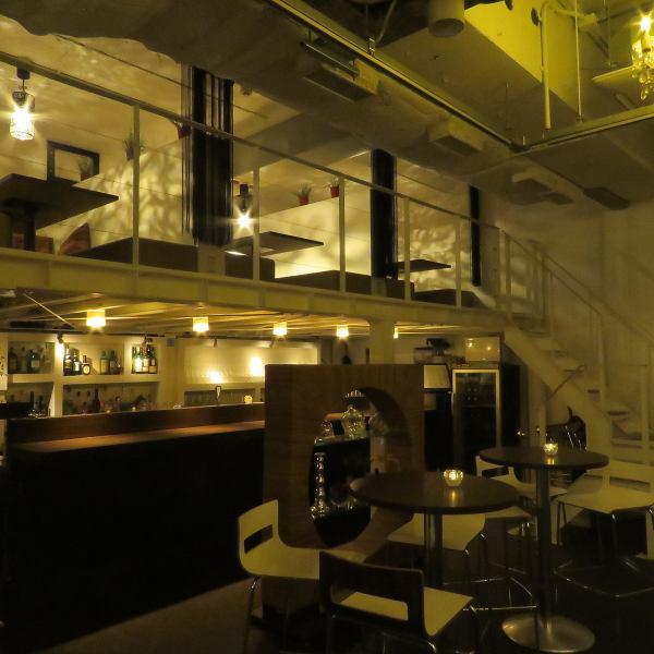 【ロフト席】最大12名の半個室×1と、最大8名の半個室×3があります。メインフロアを見下ろせるスペースは優雅な非日常空間。