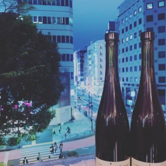 A toast with wine, watching the bustle of Shinjuku.