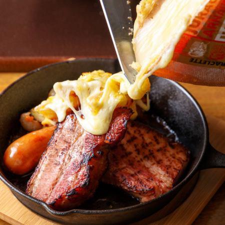 当店イチオシ!「肉 × チーズ コース (プラス500円で赤シカゴピザに変更)」(2H飲放題付)
