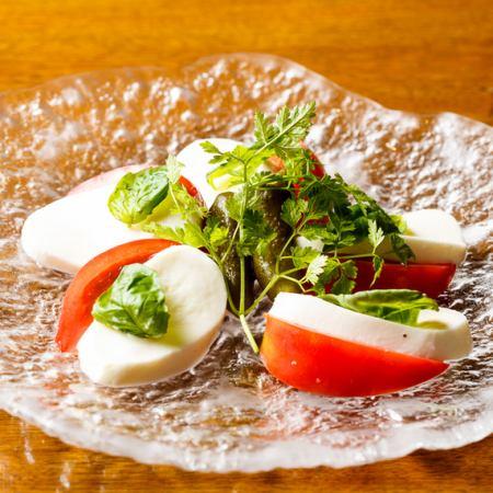 モッツァレラチーズと完熟トマトのカプレーゼ