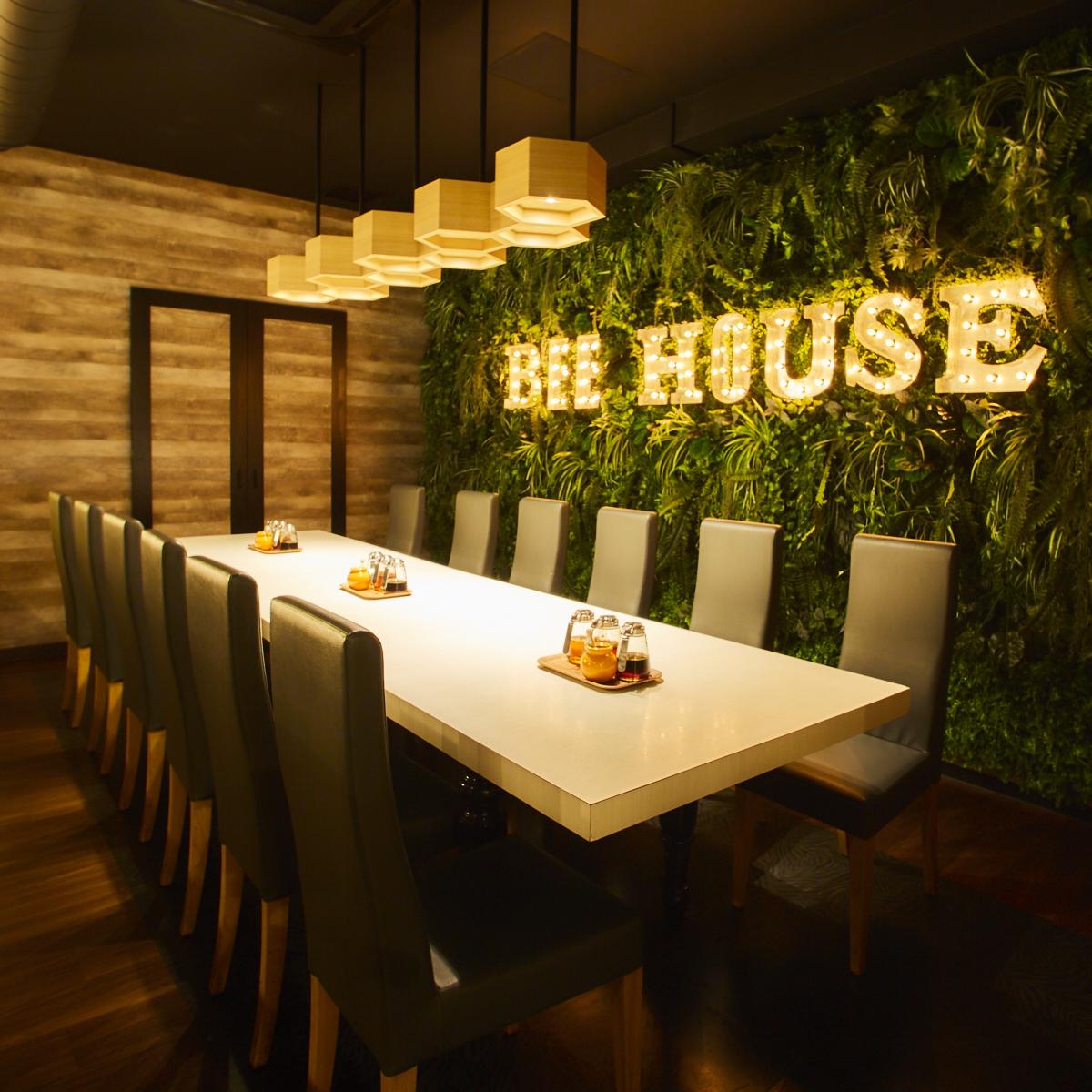 """숲에있는 레스토랑을 이미지 한 가게 안에는 꿀이 듬뿍 들어간 """"허니""""가 전체 테이블에 상비되어 있습니다."""