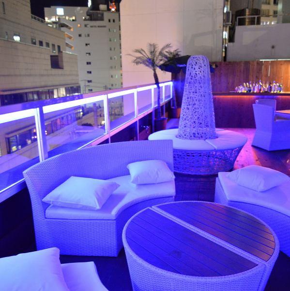 在城市中心制作的新景点在精致奢华的空间中享受清酒和音乐。