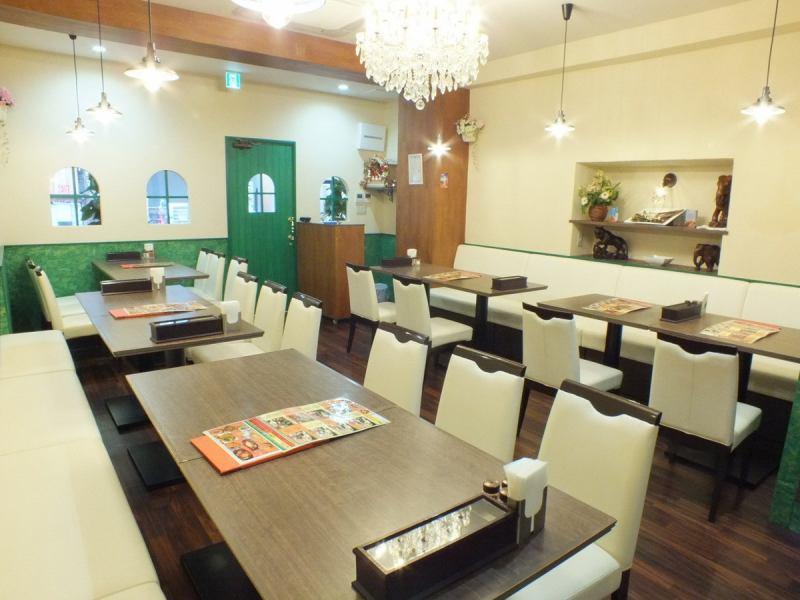 ローサンカフェは白と緑を基調とした雰囲気の良い店内。1階は広々テーブル席。窓が小さめなので、外からの視線も気にせずゆっくりと食事ができるお店です。ランチ・ディナー・宴会・ママ会、茨木でカレーを楽しむならローサンカフェへお越しください♪