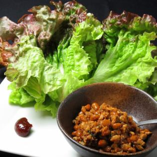 Served with lettuce winding Kochijan of minced meat and natto