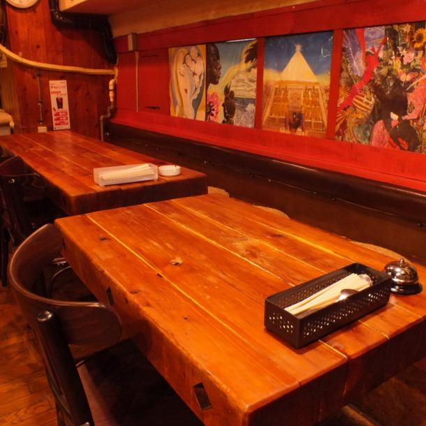 Spacious table seat where you can enjoy boasting meat dishes and desserts slowly! A solid wooden table feels the atmosphere that makes boasted steak more delicious ♪