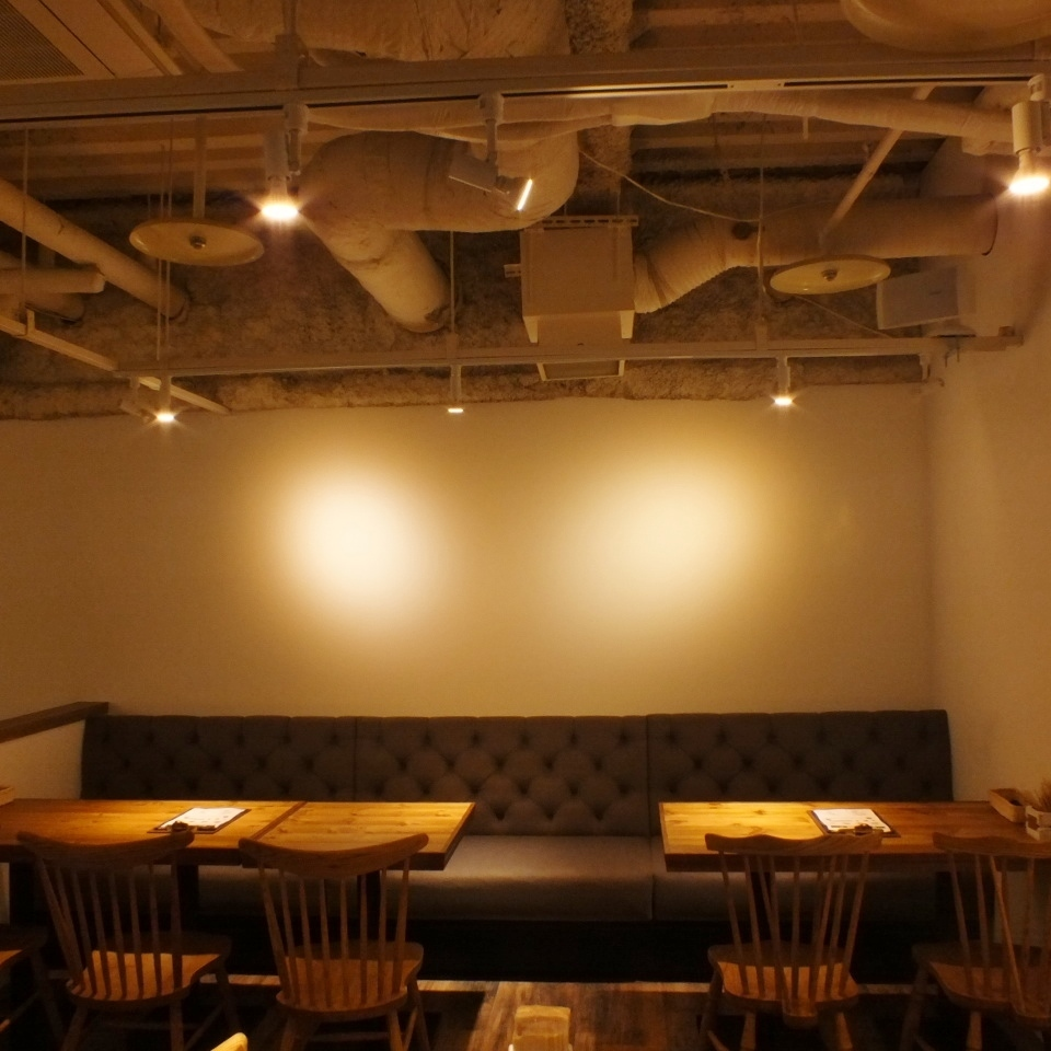 There is also a sofa seat on the wall side! You can use up to 10 people connecting the tables ♪