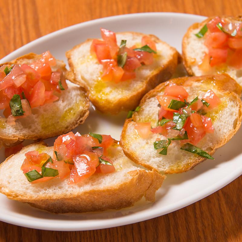 토마토와 바질 브루 쉐타