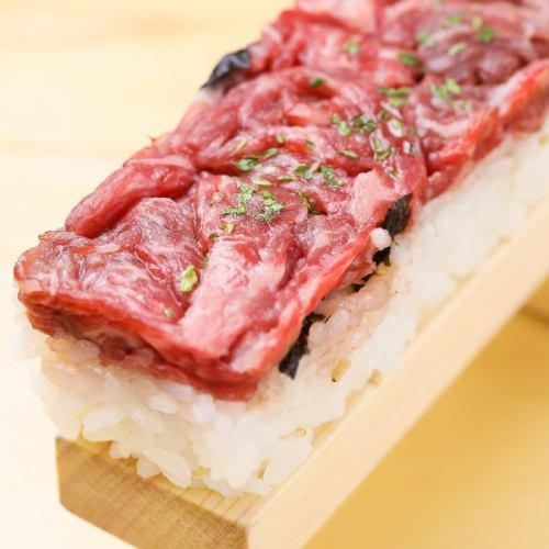 50cmの特大ユッケ寿司!