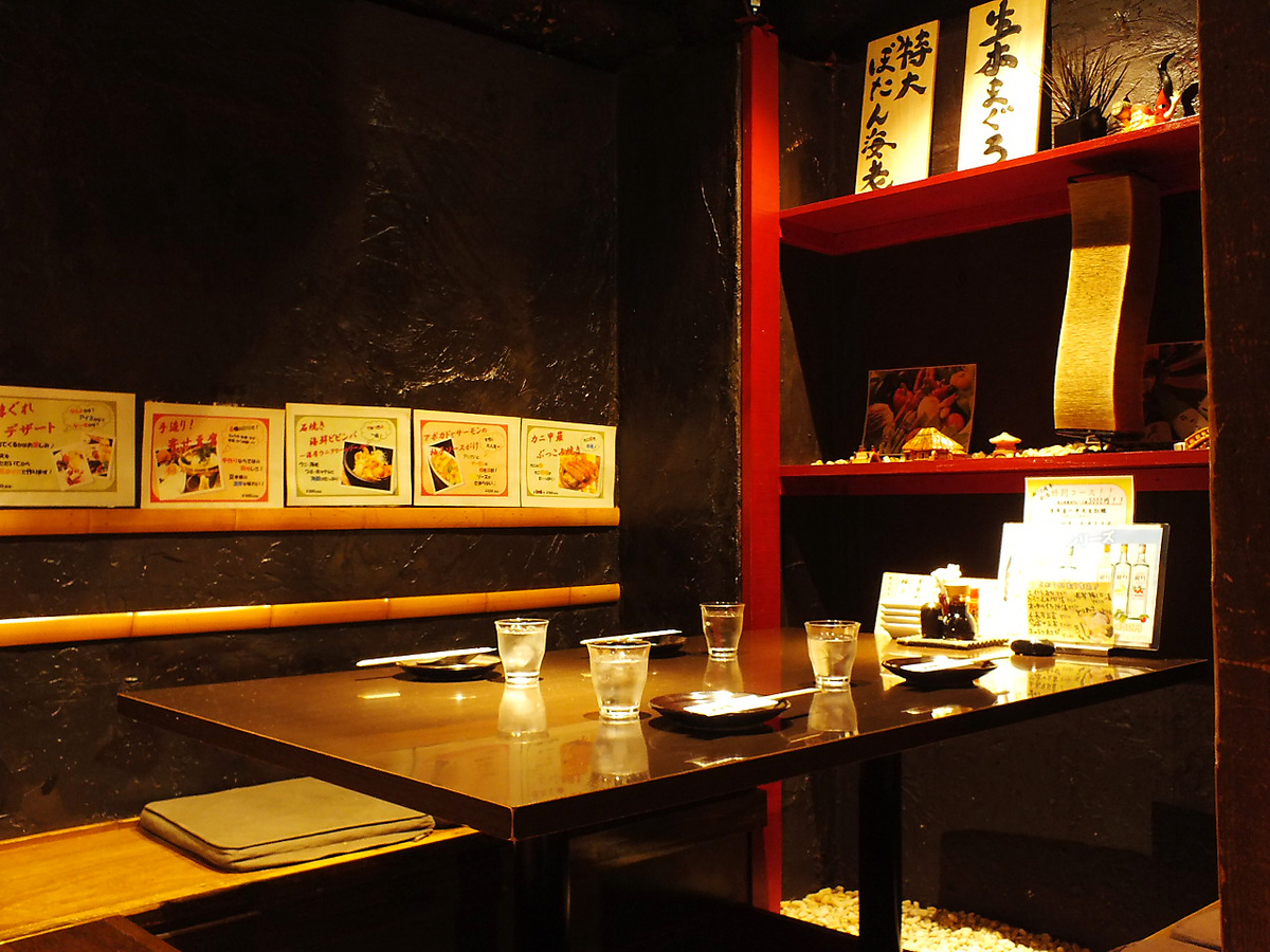 It is a private room from 2 people to 6 people in a calm shop.