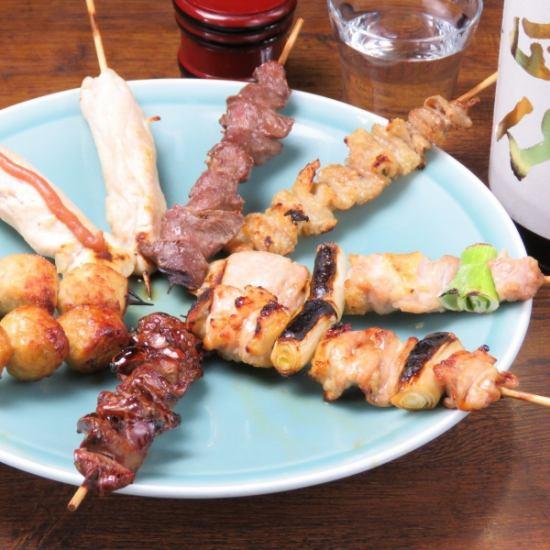 一家名为烤鸡肉串和鳗鱼味道鲜美的小酒馆,美味的酱汁,在私人房间也欢迎宴会宴会!
