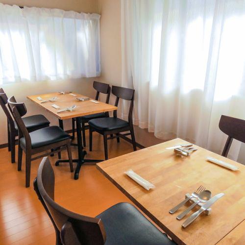 ご友人との集まりやデートで使いやすいテーブル席がございます。記念日や誕生日にぴったりのサプライズ対応も行っておりますので、お気軽にご相談ください♪