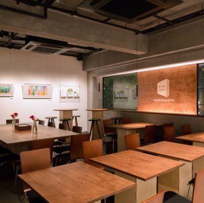沒有固定的分區,並且可以移動照明的自由度高的空間。在私人派對時,我們可以靈活地改變桌子和座位的佈局等,所以請隨時與我們聯繫!