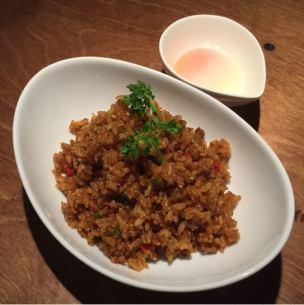 辣咖喱肉饭用半成熟的鸡蛋