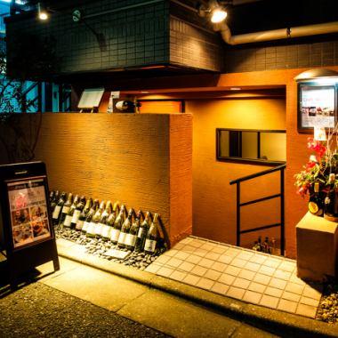 赤羽橋駅中之橋口より徒歩5分ほどのところにあります。麻布にひっそりたたずむオシャレなフレンチレストラン。思わず目に止まる朱色の可愛い入口に赤い扉が目印です。