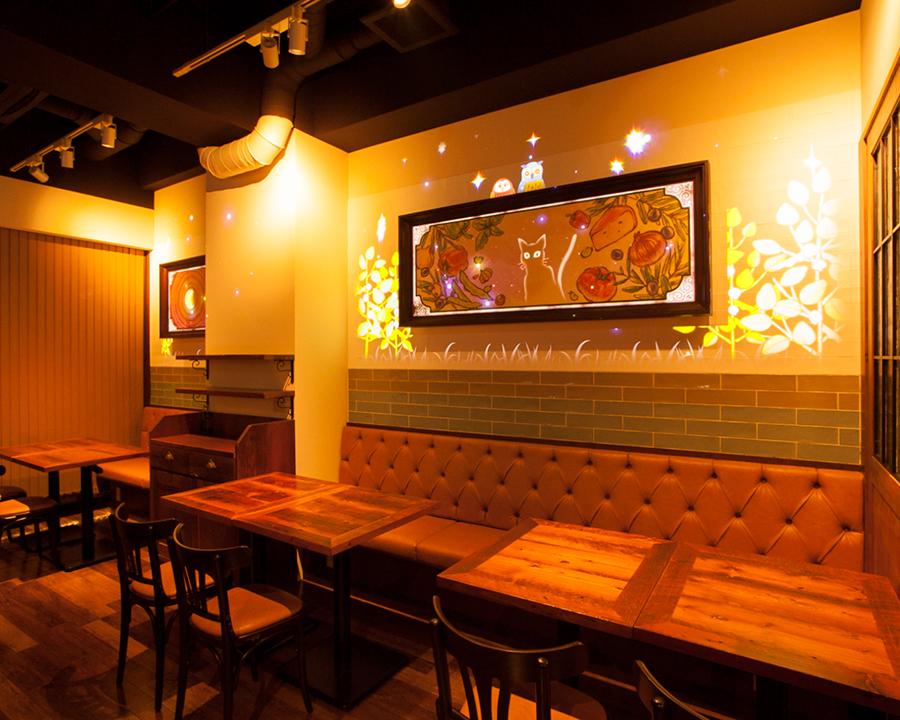 """favetta的神奇顏色在商店內部""牆邊桌座位在牆邊桌座,裝飾的""繪畫""映射到各種面部表情。事件時間和協作時間等是為了強大的生產而繪製的"