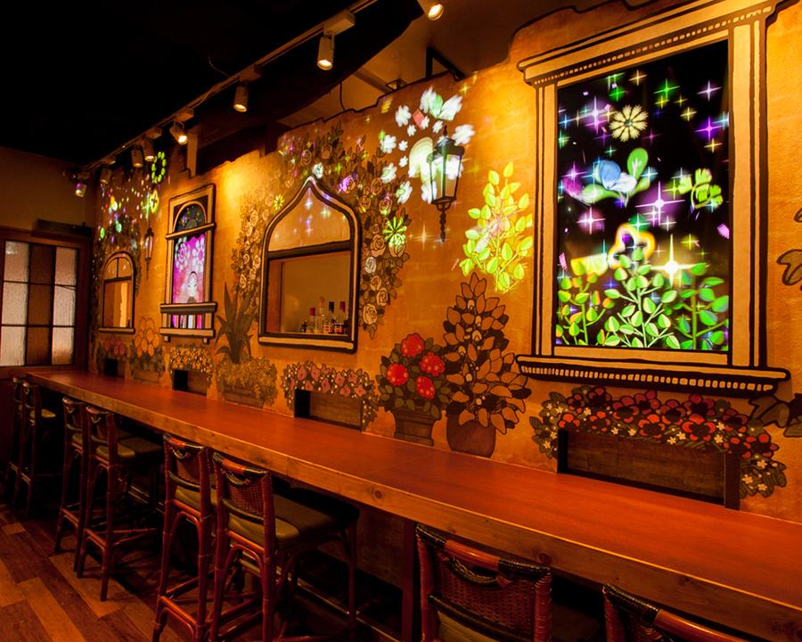 """faveta的魔力為商店內部增添色彩""在櫃檯座位上,對Fabetta房子進行成像的投影已經完成。從柱廊你也可以看到廚師的實際工作。"
