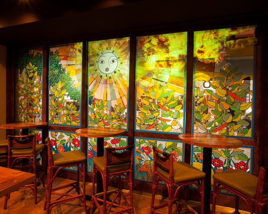 """""""favetta的神奇顏色在商店內部""""在露台座位露台座位上,以太陽神為中心的映射是用一個大玻璃門完成的。請享受白天到夜晚等各種各樣的表達。"""