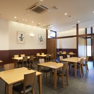 【1階 レストラン】テーブル席も多数ご用意しております。大小宴会などにも、ご利用いただけます。