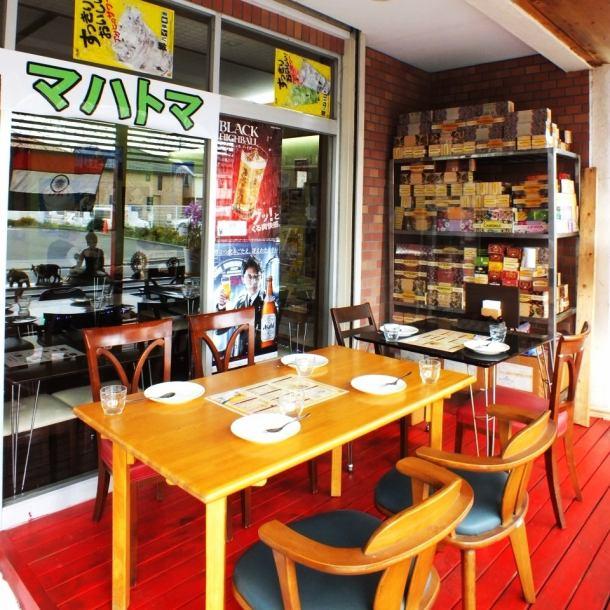 在商店門口附近我們提供可用的露台,可以就坐多達6人。請欣賞驕傲印度美食的同時感受宜人的微風。